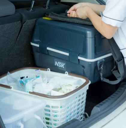 歯科医院で使用するものと同等の医療器械を持参し治療にあたります。